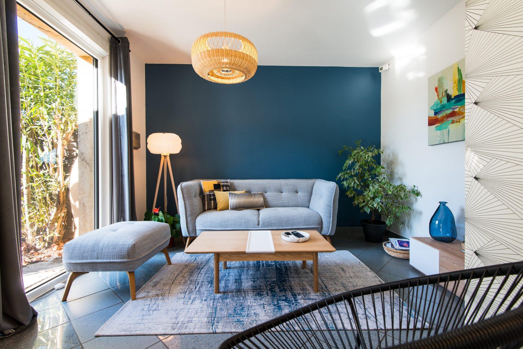 Nouveau salon, mur bleu, canapé gris