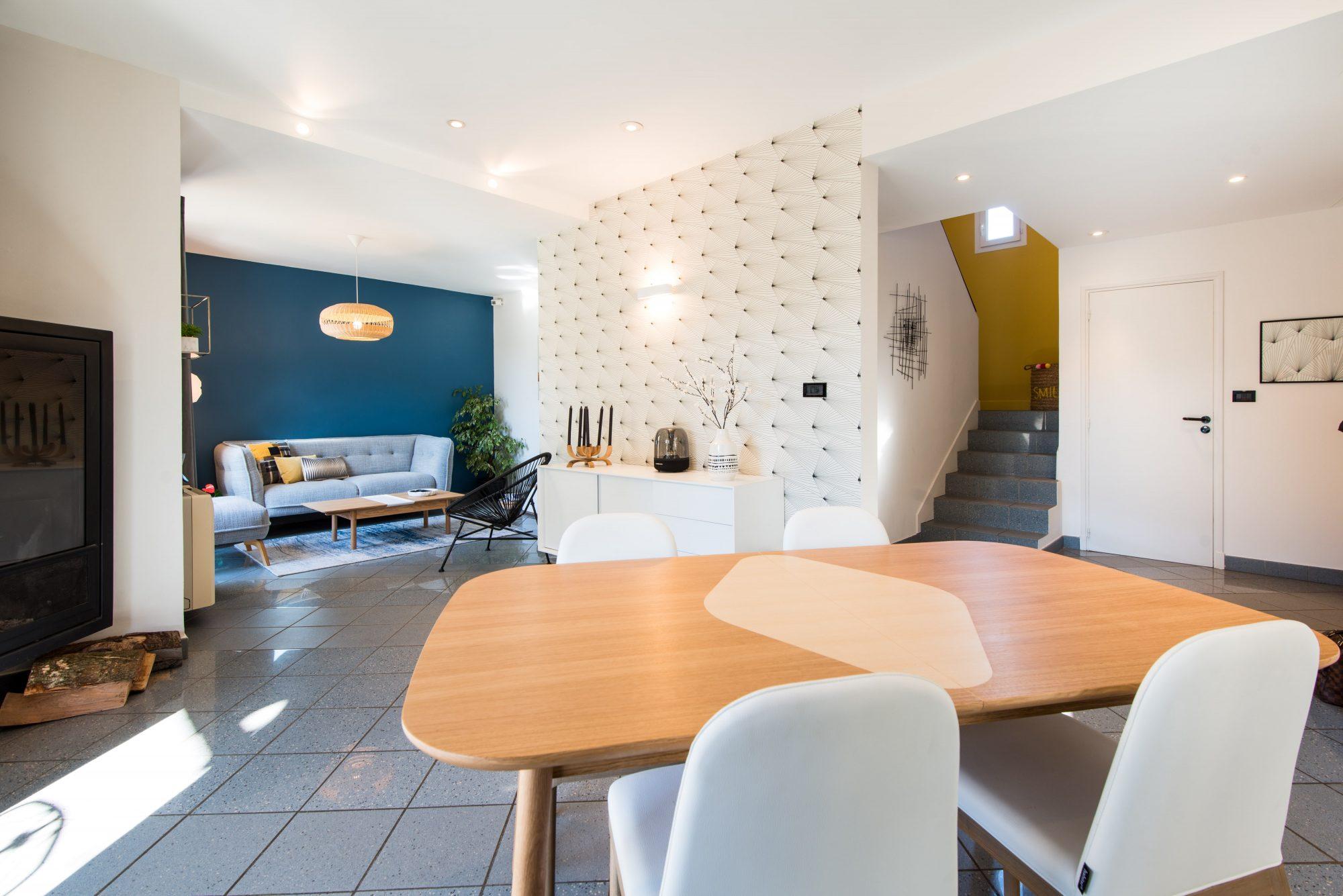 Nouveau look pour une villa gardoise, Les Angles, par Kty.L Décoratrice UFDI Avignon et Nîmes 30 et 84) : vue large sur séjour, salon et entrée