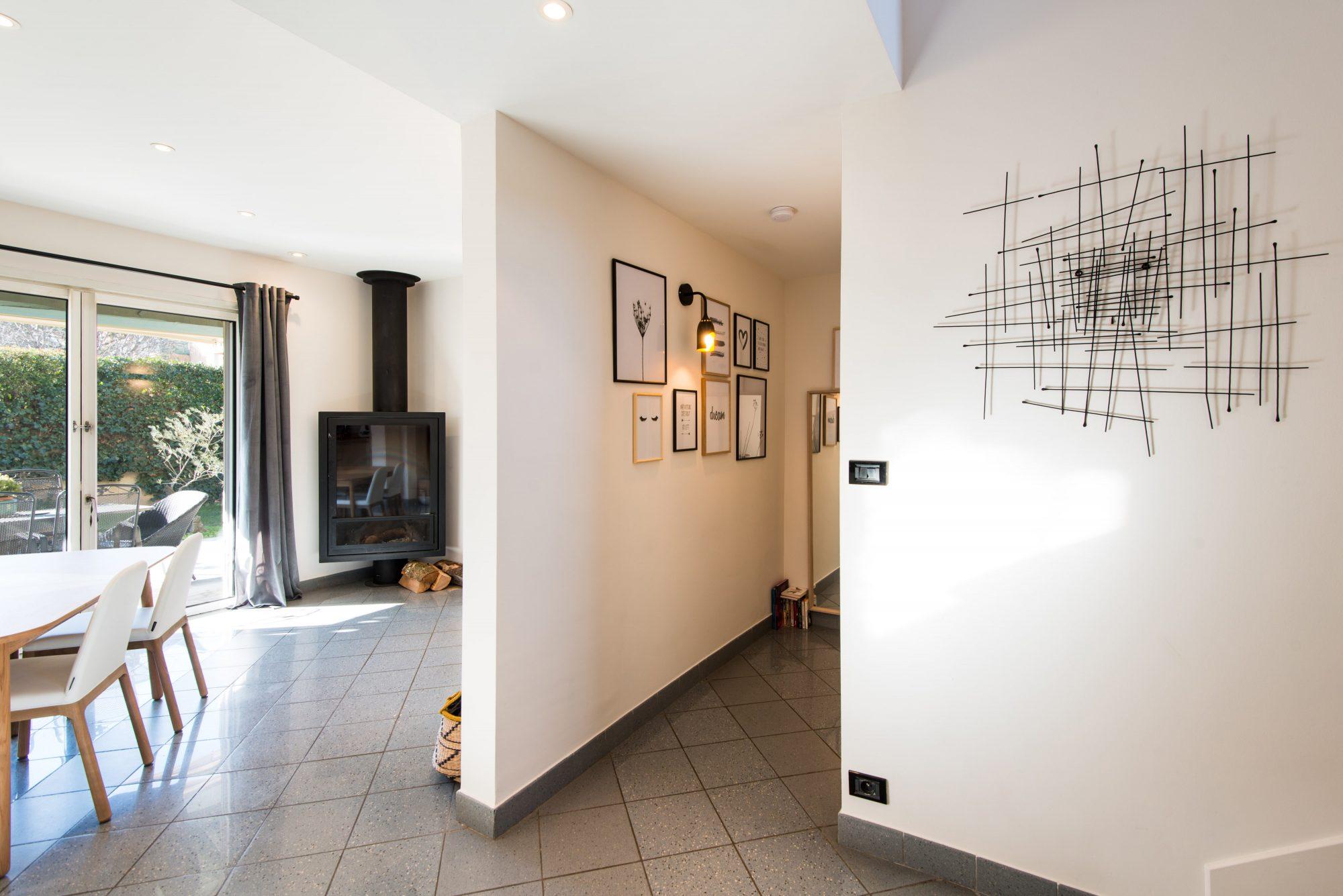 Nouveau look pour une villa gardoise, Les Angles, par Kty.L Décoratrice UFDI Avignon et Nîmes (30 et 84) : vue sur l'entrée et le séjour
