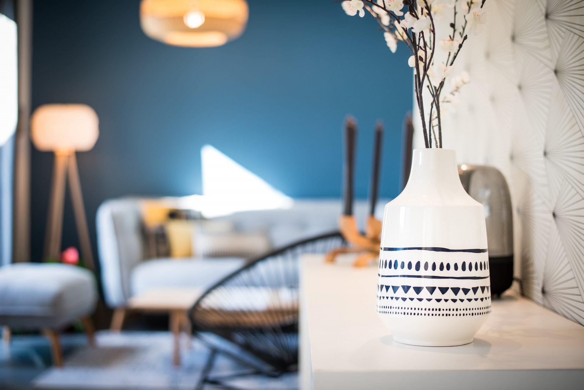 Nouveau look pour une villa gardoise, Les Angles, par Kty.L Décoratrice UFDI Avignon et Nîmes 30 et 84) : zoom sur la déco, ici un vase noir et blanc