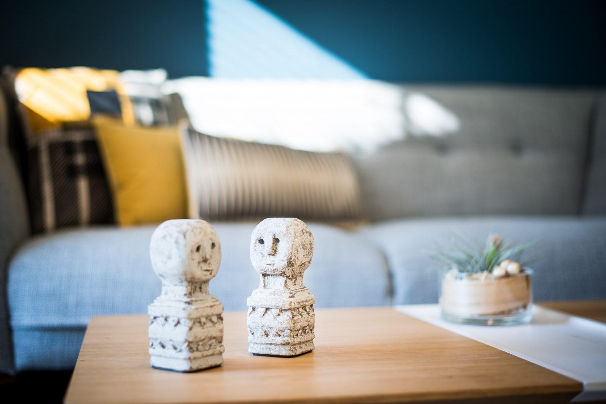 Nouveau look pour une villa gardoise, Les Angles, par Kty.L Décoratrice UFDI Avignon et Nîmes (30 et 84) : zoom sur la déco, ici 2 jolies statuettes