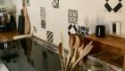 Relooking de la cuisine d'un mas à Saze, Gard, par Kty.L, décoratrice UFDI, Avignon (84), Nîmes(30) : zoom sur faïence