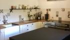 Relooking de la cuisine d'un mas à Saze, Gard, par Kty.L, décoratrice UFDI, Avignon (84), Nîmes(30) : vue côté côté cuisson