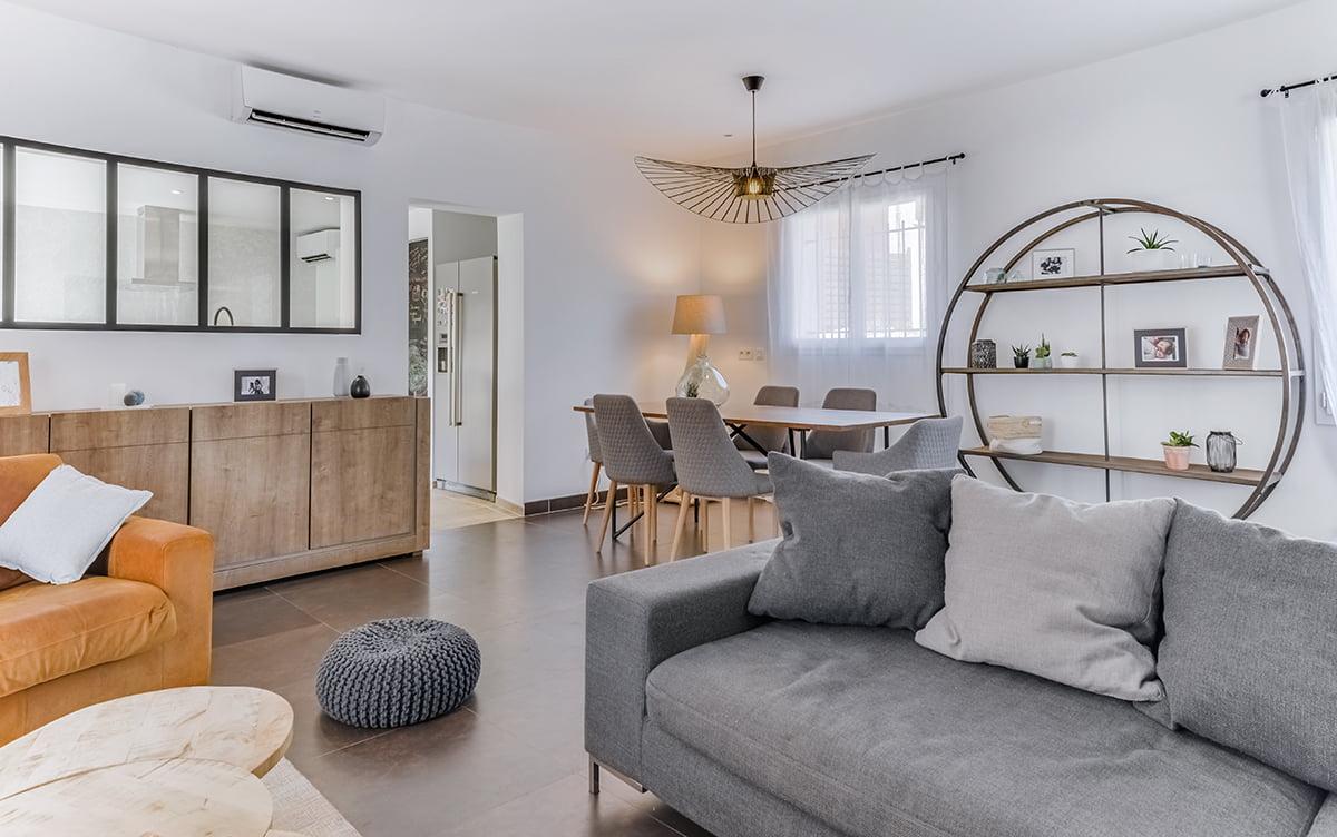 nouvel agencement et décoration pour une villa sur Rochefort-du-Gard, par Kty.L, décoratrice UFDI à Saze (30) : vue du salon vers le séjour et la cuisine