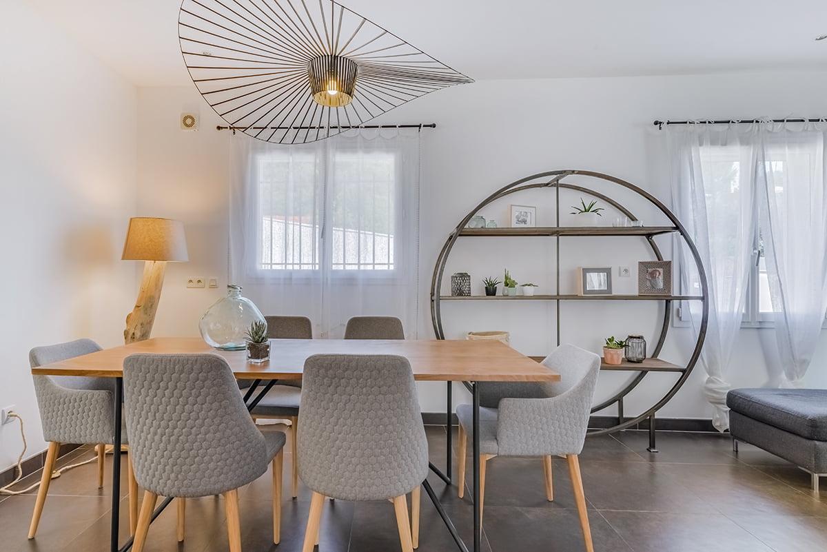 nouvel agencement et décoration pour une villa sur Rochefort-du-Gard, par Kty.L, décoratrice UFDI à Saze (30) : vue sur le séjour et la suspension vertigo
