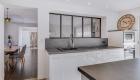 nouvel agencement et décoration pour une villa sur Rochefort-du-Gard, par Kty.L, décoratrice UFDI à Saze (30) : vue de la cuisine et de la verrière