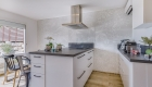 nouvel agencement et décoration pour une villa sur Rochefort-du-Gard, par Kty.L, décoratrice UFDI à Saze (30) : vue sur la cuisine, l'îlotier de cuisson et le papier peint panoramique