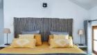 des gîtes dans un mas sur Saze, par Kty.L, décoratrice UFDI à saze (30) : vue sur le tapis en tête de lit
