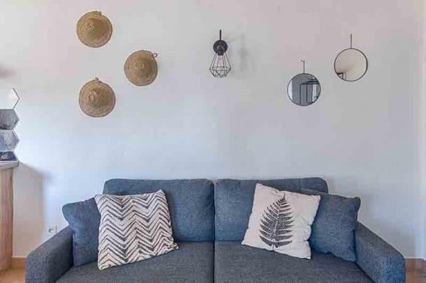 Aménagement et décoration de gîtes, par Kty.L Décoratrice d'intérieur, UFDI, Avignon, Nîmes Uzès : canapé convertible, coussins, décoration murale