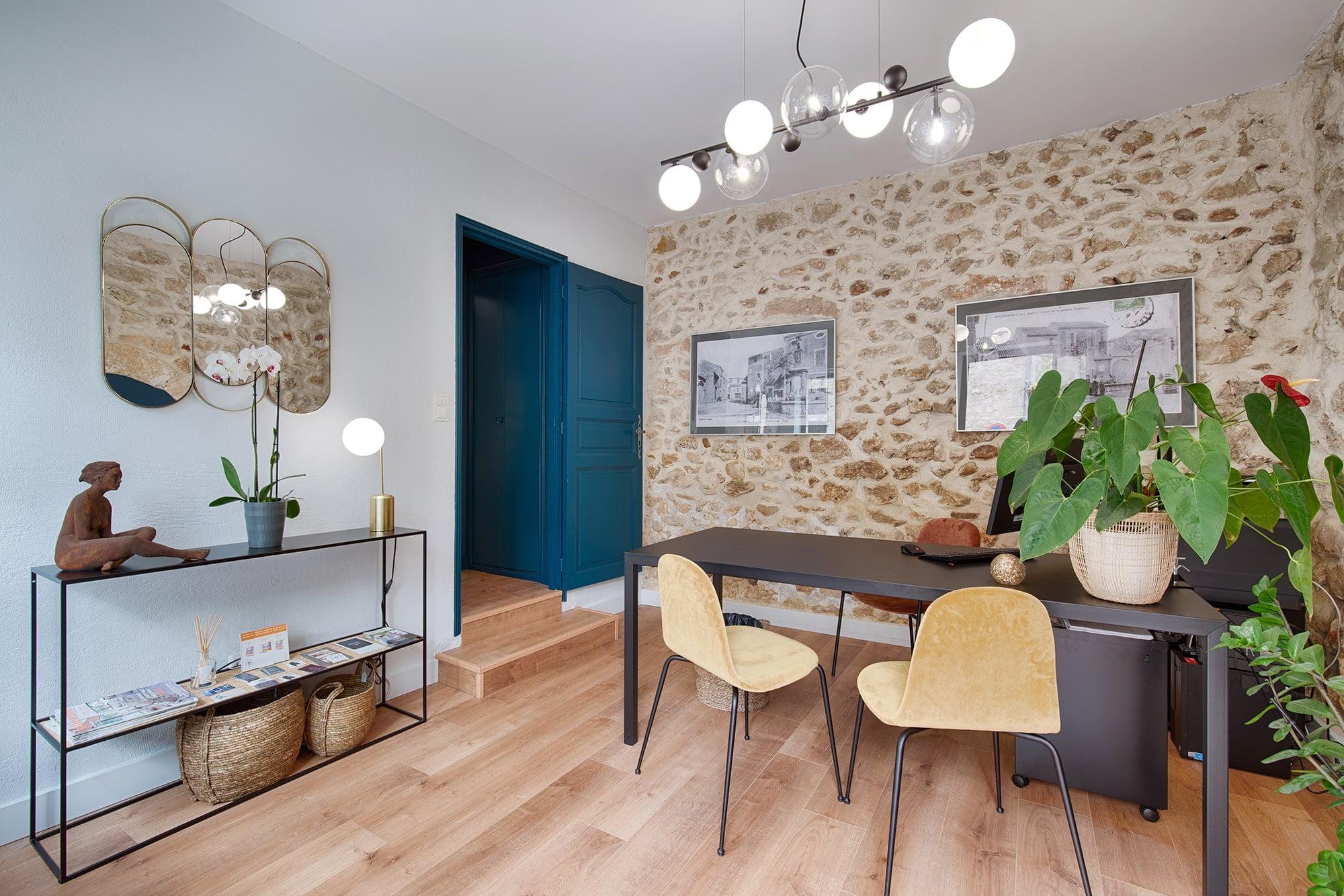 Agence immobiilière à Rochefort-du-Gard, projet décoration d'intérieur par Kty.L Décoratrice, UFDI, Gard et Vaucluse : vue du bureau d'accueil