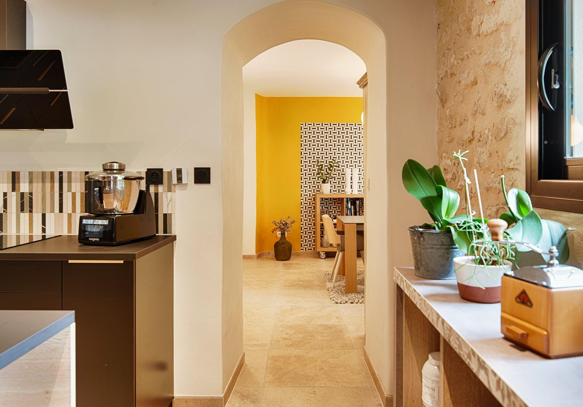 mas rénové à proximité d'Avignon, par Kty.L Décoratrice UFDI à Rochefort du Gard : vue de la cuisine vers le séjour