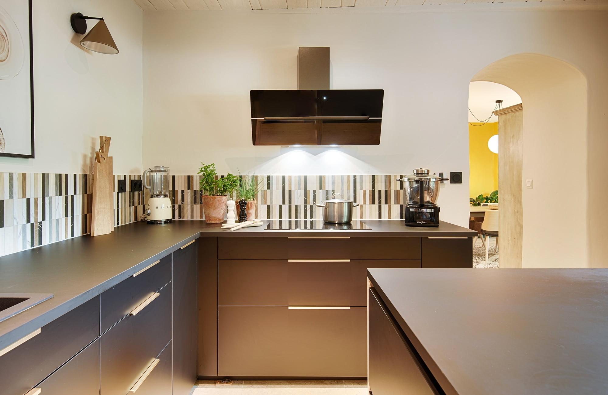 nouvelle cuisine pour un mas, par Kty.L Décoratrice UFDI à Avignon : cuisine noir, bois et effet béton