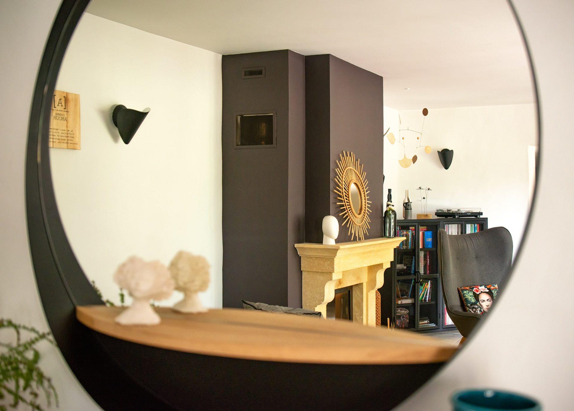 Rénovation d'un mas, proximité Avignon, par Kty.L Décoratrice d'intérieur : reflet de la cheminée du salon dans un miroir